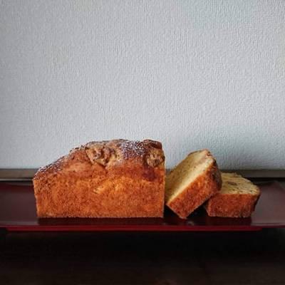 パウンドケーキがカットされ朱皿に並んでいます。