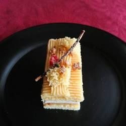 黒いお皿にお芋と林檎の餡が絞られたクリスマス仕様のケーキが。