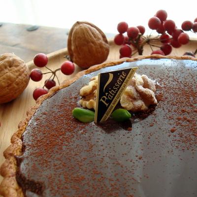 艶のあるチョコレートクリームの上に胡桃がのったタルト。