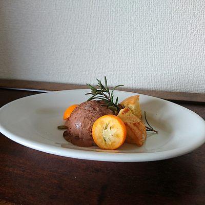 白皿にチョコアイスと金柑、パン、ローズマリーが盛り付けられています。
