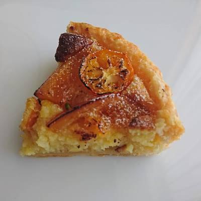 焼き目の付いたオレンジピールパイが1カットお皿の上に!