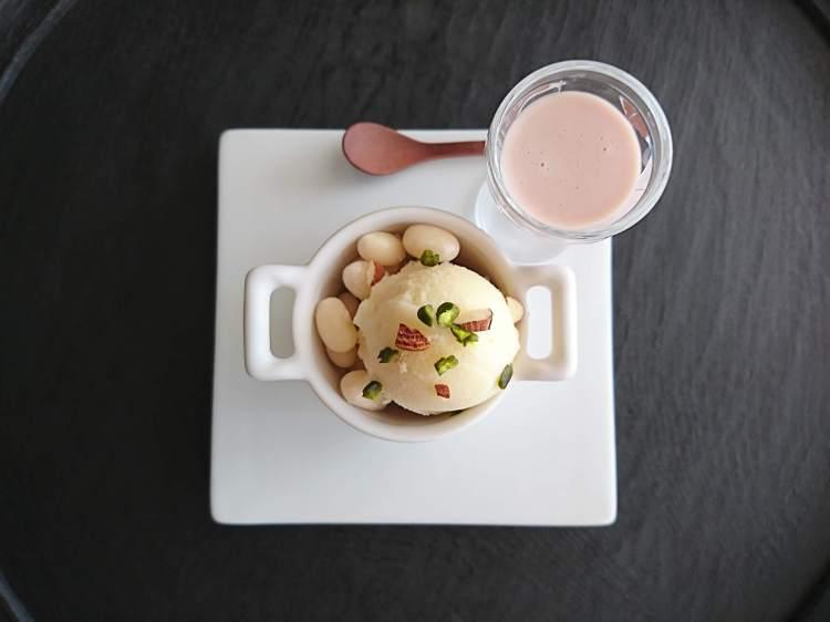白い容器に豆乳ソルベとお豆&ナッツ。グラスにピンクのソースが並んでいます。
