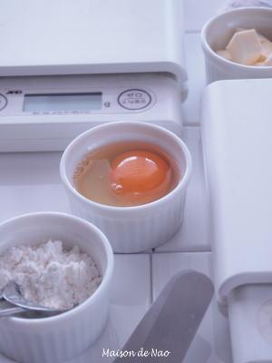 デジタル計量器や卵、粉、バターが並んでいます。
