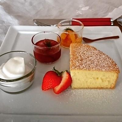 白いお皿にスポンジ・クリーム・ジャム・フレッシュ苺が並んでいます。