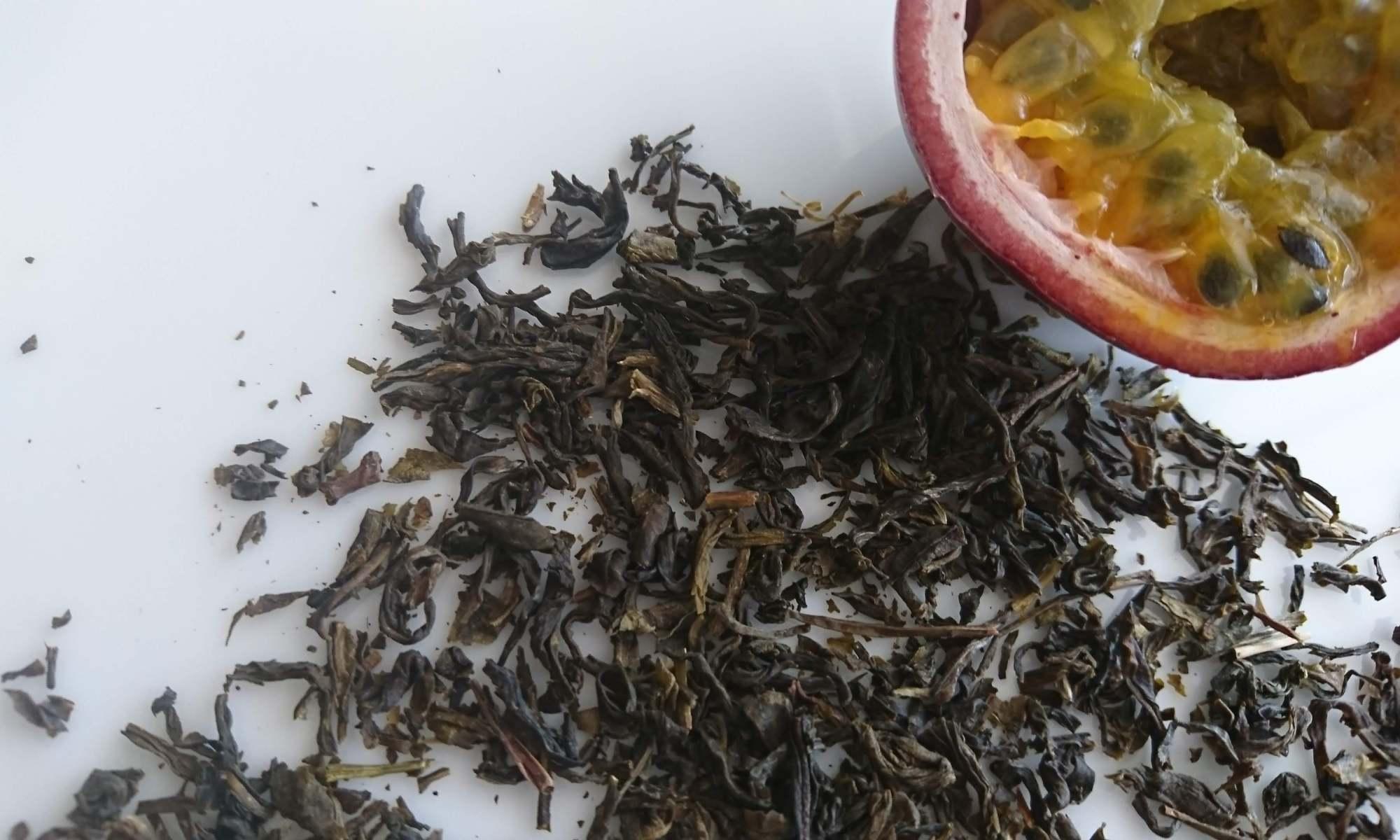 白皿の上二ジャスミン茶葉とカットされたパッションフルーツ