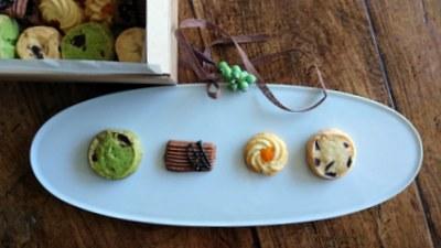 白いオーバル更に4種のクッキーが並んでいます。