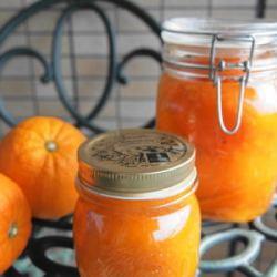 瓶詰めされた手作りオレンジピールがネーブルと一緒に並んでいます
