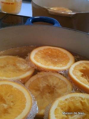 半割のオレンジが大鍋に水と一緒に入っています
