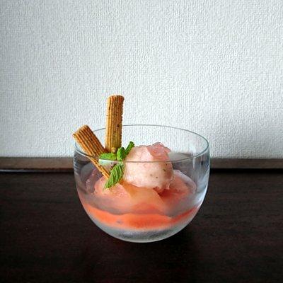 ガラスの器に桃のムースやソルベやクッキーなどが盛り付けられている