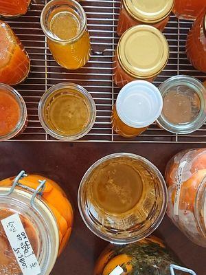 もも杏で作ったシロップやジャムが瓶詰され並んでいます