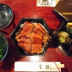 六角重に入った鰻重や肝吸、鰻巻きがテーブルに並んでいる
