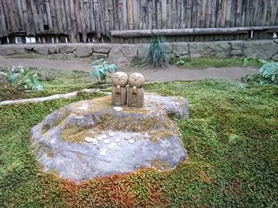 苔庭の岩の上に小さなお地蔵さんが二人並んでいます