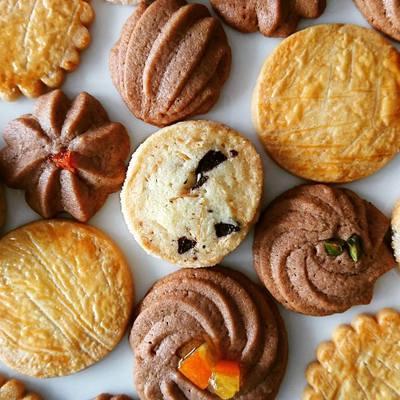 チョコ味やプレーン味、ピールの乗った色んなクッキーが並んでいます