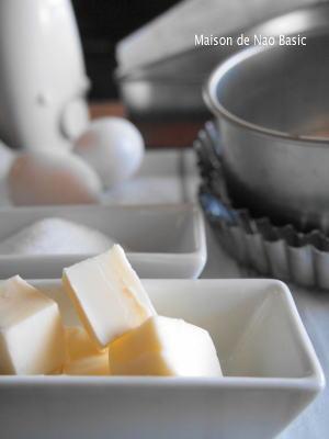 カットされたバターや砂糖、卵と製菓道具が並んでいます