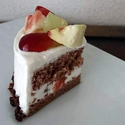 白皿にカットされたデコレーションケーキが盛り付けられています