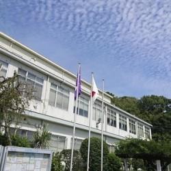 大学校舎と青い空