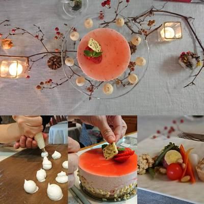 テーブルにデコレートされた苺のムースやお料理・作業風景