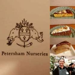 英国菓子とペティシェさんが並んでいます