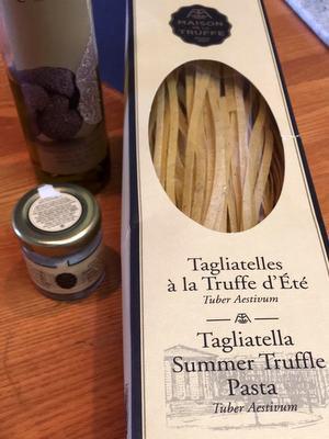 フランス語のパッケージに入ったパスタと塩