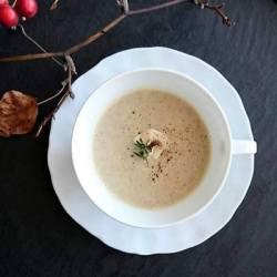 白い器に盛り付けられた栗と茸のスープ