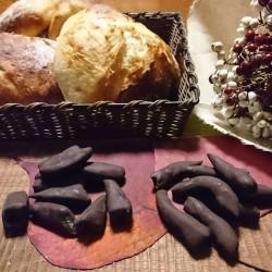 手作りピールチョコとパンが籠と木盆の上に並んでいます