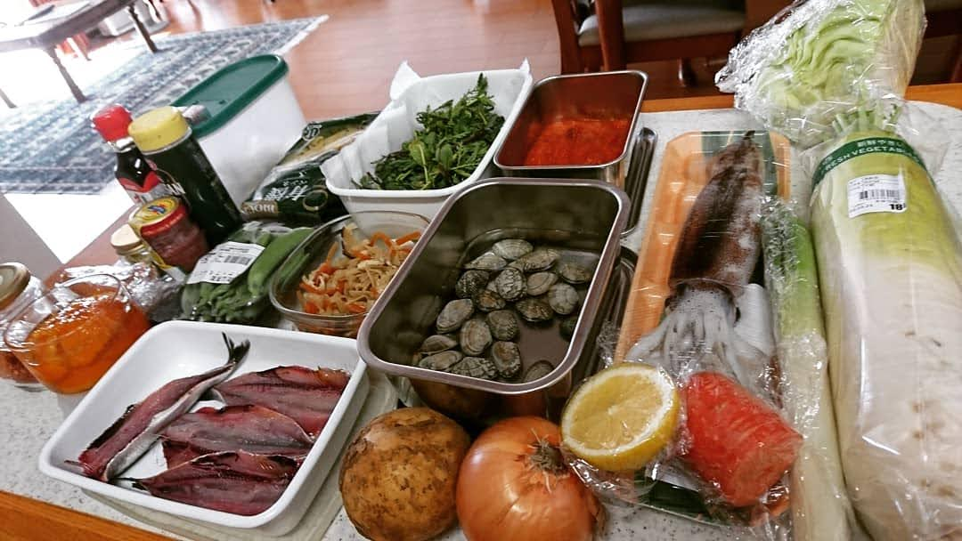 カウンターに魚や野菜、調味料などの食材が沢山並んでいます。