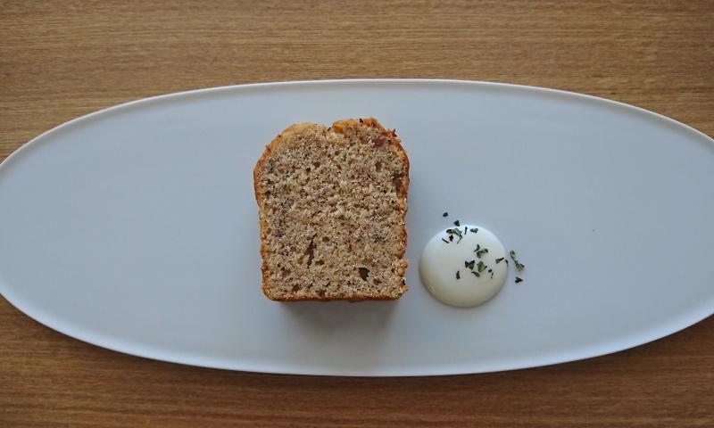 白いお皿にカットしたパウンドケーキとクリームが盛り付けられています