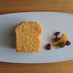 白皿の上にカットしたパウンドケーキとドライフルーツが盛り付けられています。