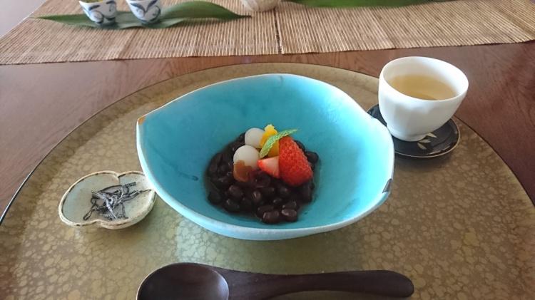 水色の陶器に苺やオレンジ、お団子がのったぜんざいが盛り付けられています