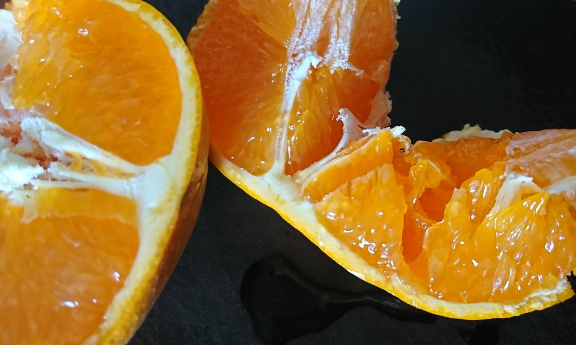 果汁が滴る半分に割った清見オレンジ