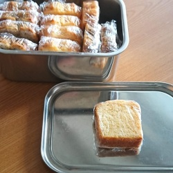 ステンレス容器にスライスしたパウンドケーキがラップに包まれ収まっています。