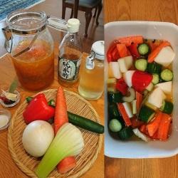 ピクルスの材料が並んでいる。カットした野菜がピクルス液に漬け込まれている。