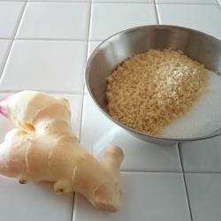 白タイルカウンターの上に新生姜と砂糖が並んでいます。