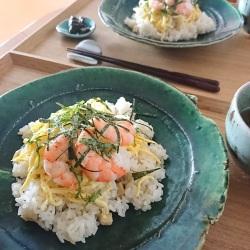 お皿の上に盛り付けられたちらし寿司風