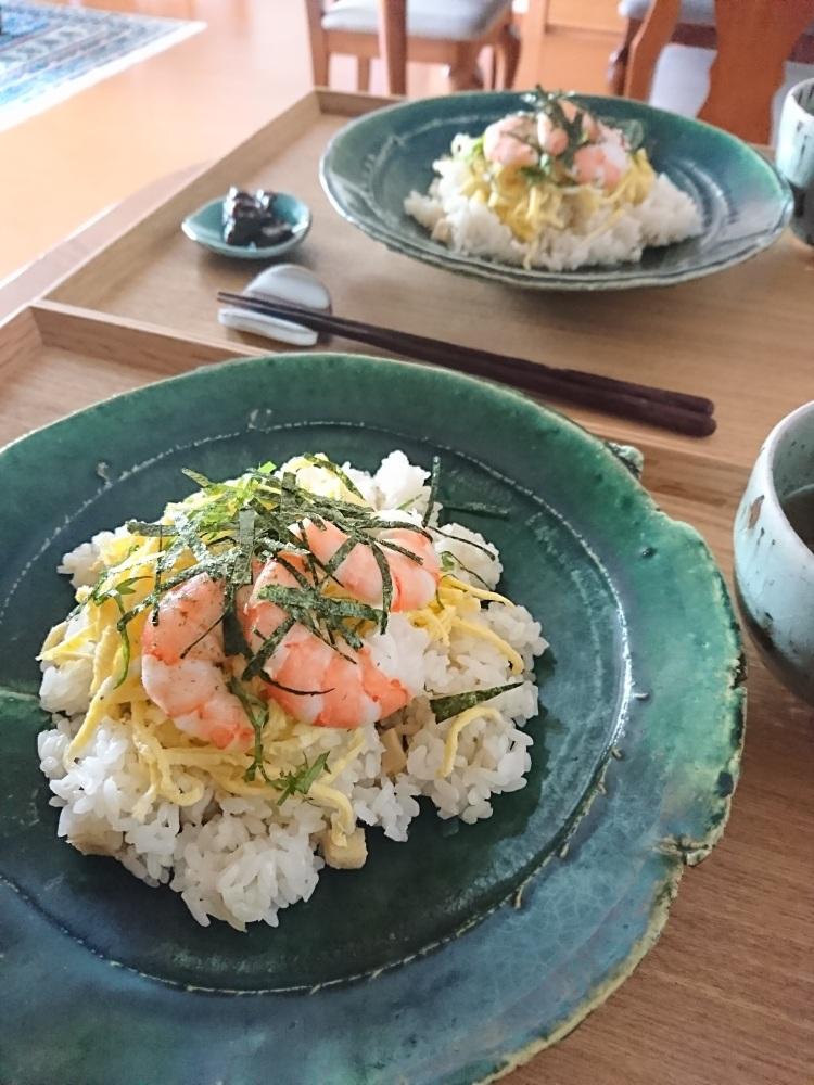 海老や錦糸卵、海苔、紫蘇がのったバラ寿司が器に盛り付けられています。