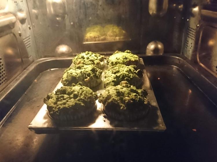オーブンの中でカップケーキ焼いています。