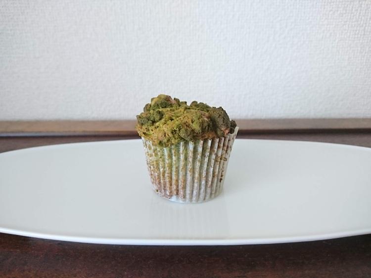 焼き上がったカップケーキが白皿の上に1つ。