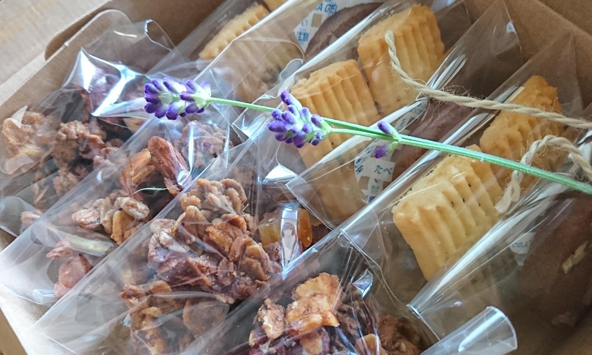 箱詰めされた焼き菓子たち