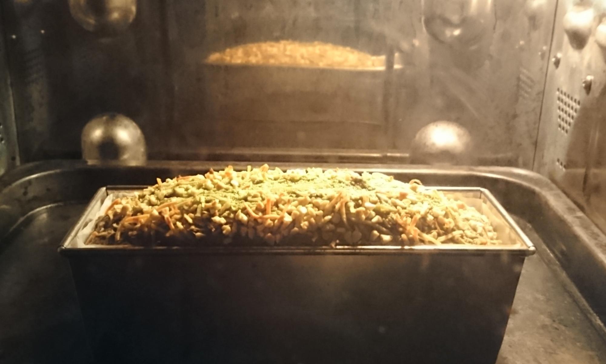 抹茶のパウンドケーキがオーブンの中で膨らみ焼かれている