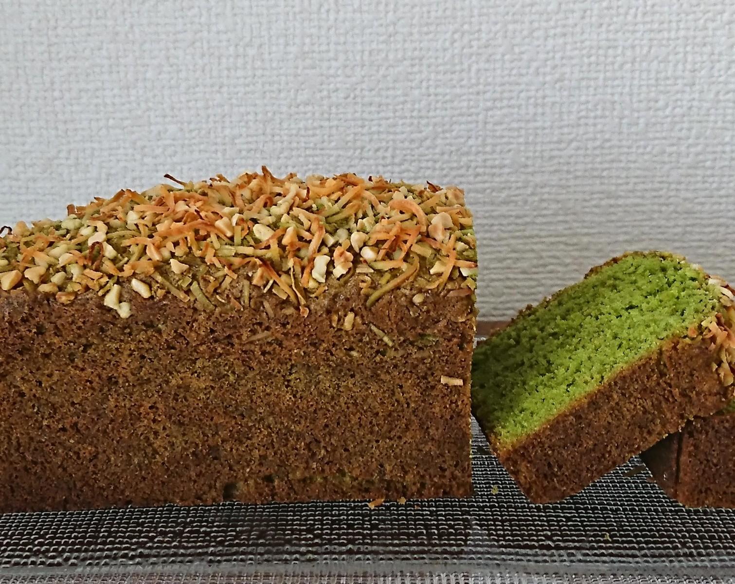 トップにココナッツがのった抹茶のパウンドケーキがお皿の上に。