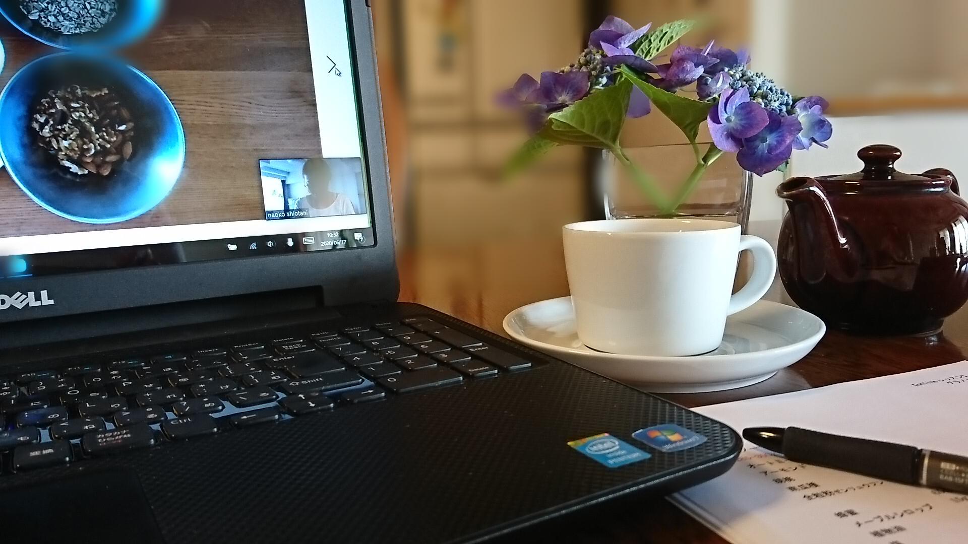デスクの上にパソコンと紫陽花、カップ&ソーサーが並んでます。