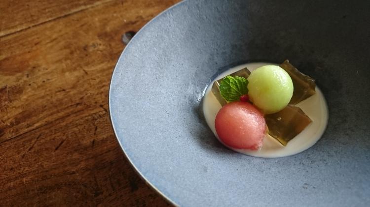 陶器にジャスミンゼリーやスイカ、メロン、ジャスミンココスープを盛り付けています。