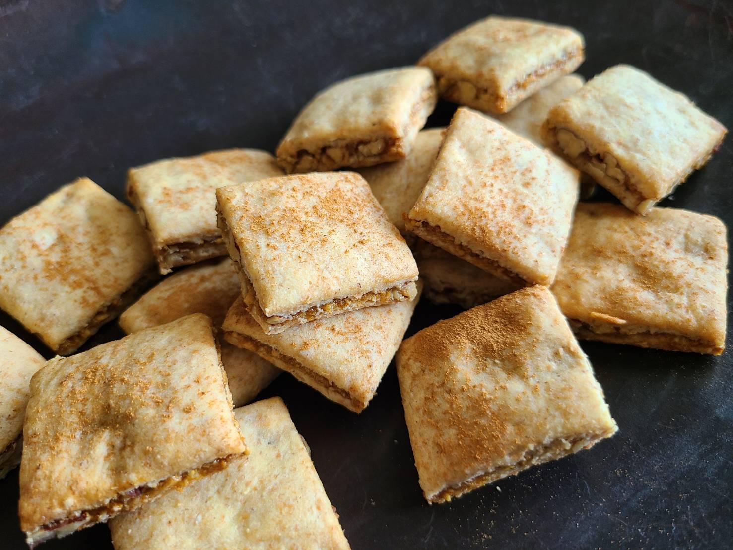 一口サイズに焼き上げたクッキーサンドが黒皿に並んでいます。