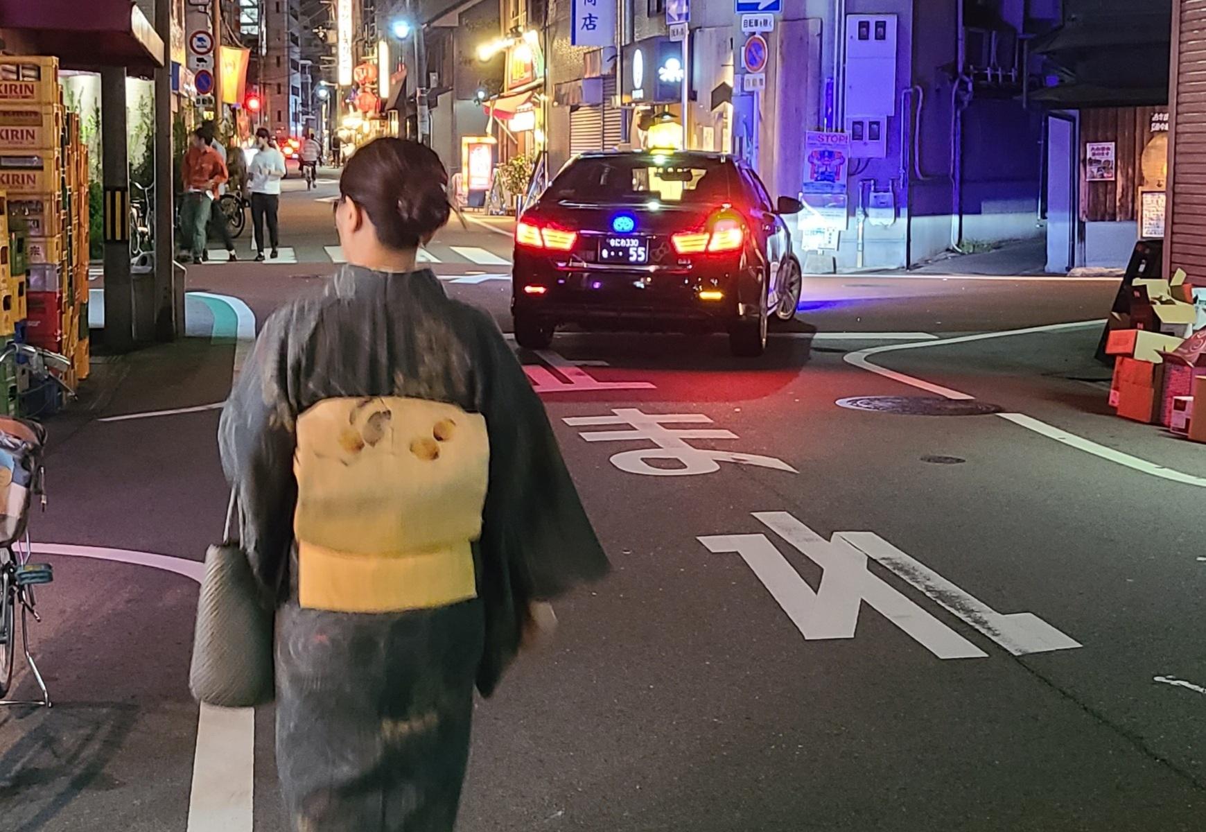 夜の繁華街をあるく着物女子