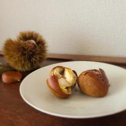 白皿の上に焼き栗が2つ並んでいます。