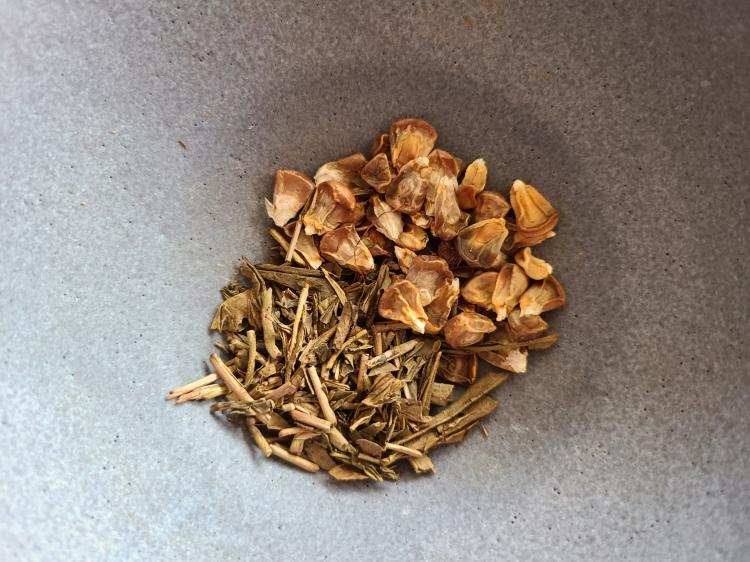 ドライコーンとほうじ茶が陶器に盛り付けられている