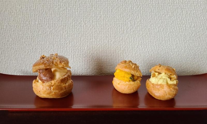 朱漆皿に3つのシュー菓子が並んでいます。