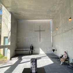 コンクリートに覆われ窓から差し込む光の教会の中
