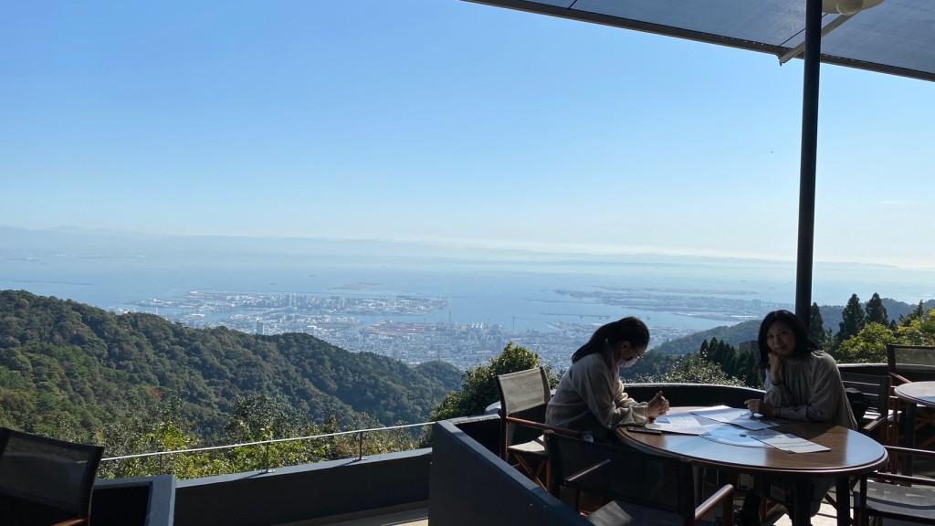 テラスから見下ろす海と山の景色。