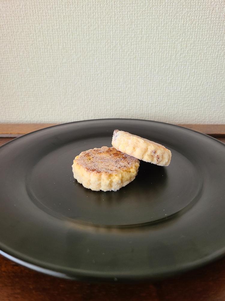 漆器にお砂糖をまぶしたウエルシュケーキが2個盛られています。